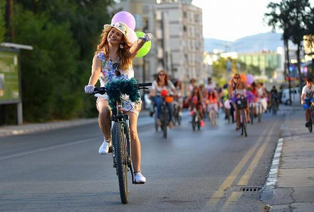 Kadınlar, bisikletleri ile sokaklardaydı 18