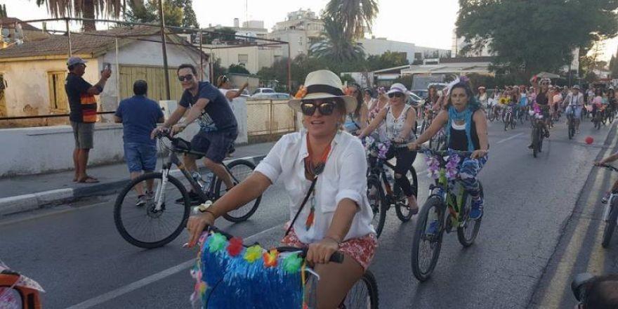 Kadınlar, bisikletleri ile sokaklardaydı