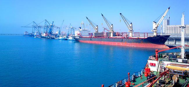 Yanmış yükler Limasol Limanı'na boşaltılıyor