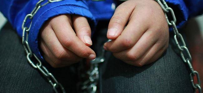 4 yaşındaki çocuğu zincire bağlayan kadın gözaltına alındı