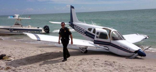 İniş yapan küçük uçak, babayla kızına çarptı