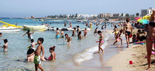 Protaras'ta turistler ve halk bir arada