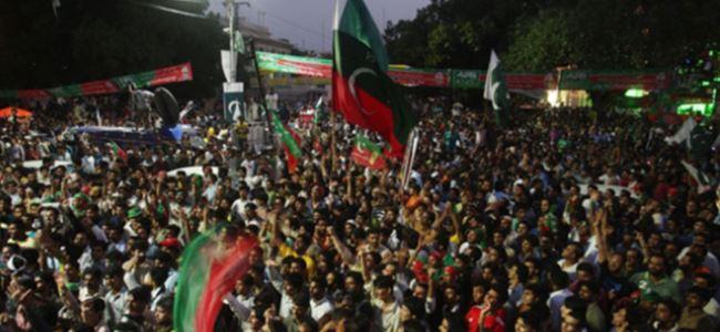 Pakistanda 200 gösterici göz altında