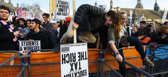 Binlerce öğrenci ücretsiz eğitim için sokakta