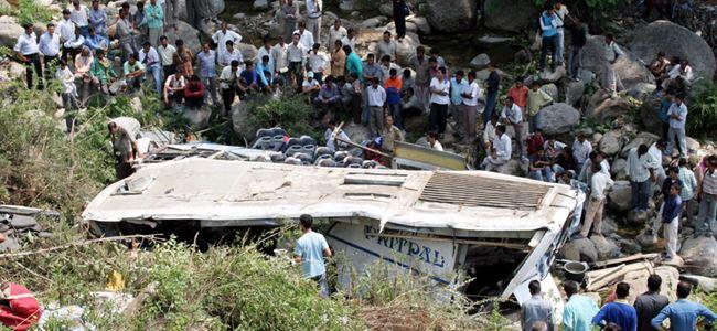 Otobüs yoldan çıktı: 17 ölü
