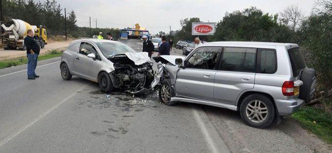 İki araç çarpıştı, 3 kişi yaralandı