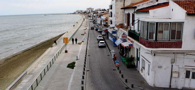 Göçmenler, Larnaka'daki binalarından çıkarılıyor