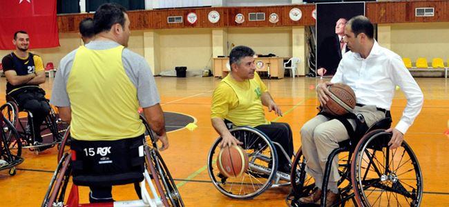 Özersay, engelliler basketbol takımıyla antrenman yaptı