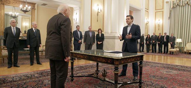 Tsipras, İncile el basmadan yemin etti