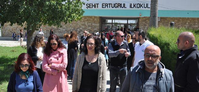 Veliler okul önünde eylem yaptı
