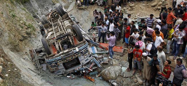 Otobüs uçuruma yuvarlandı: 22 ölü