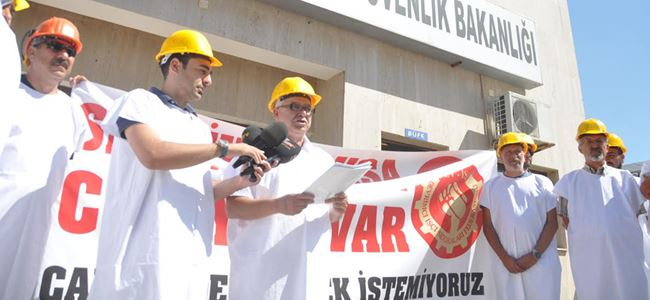 DEV-İŞ'ten kefenli eylem: Sendika yoksa cinayet var