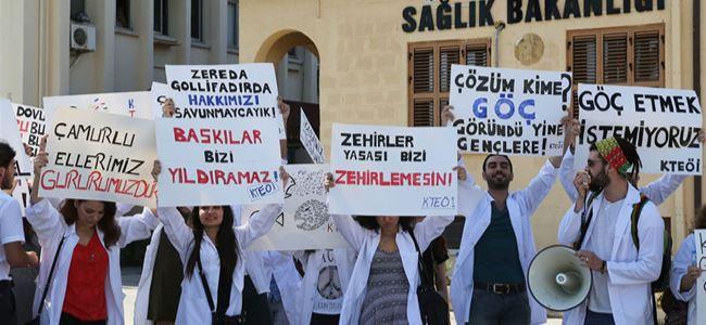 Beyaz önlüklerle tüzük protesto edildi