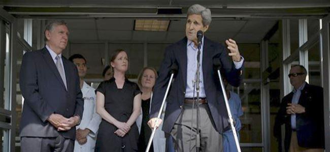 Kerry, hastaneden koltuk değnekleriyle çıktı