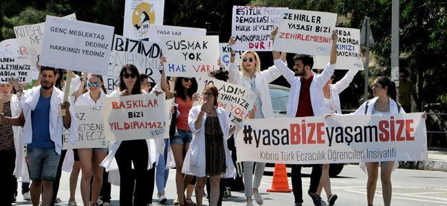 Eczacılık öğrencileri Meclis önünde eylem yaptı