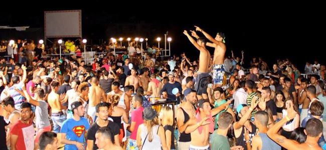 Beach Party'de gençler eğlendi