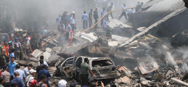 Askeri uçak düştü: 50 ölü