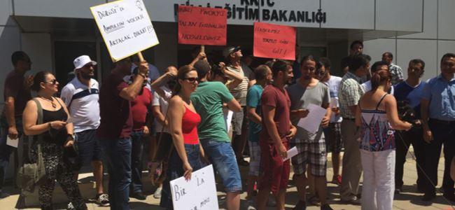 Eğitim Bakanı Dürüst protesto edildi
