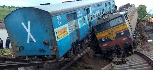 Yolcu trenleri raydan çıktı 24 kişi öldü