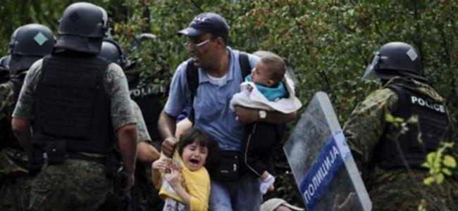 Binlerce göçmen güvenlik bariyerlerini aştı