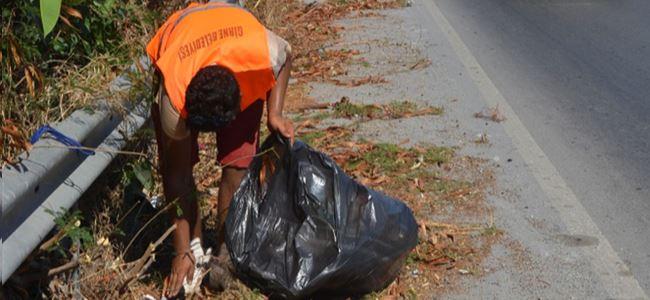Girne'de anayollarda ot temizliği yapılıyor