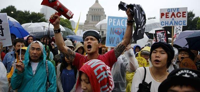 Japon halkı 'savaş yasaları'na karşı sokağa döküldü