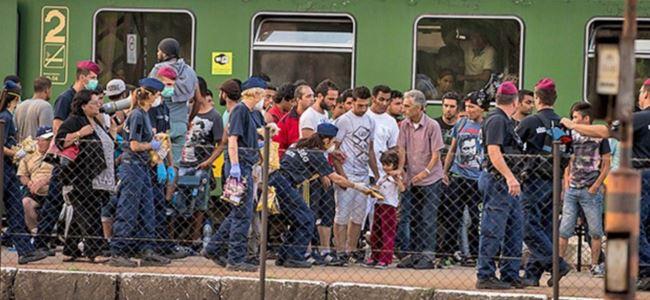 Göçmenler, tren istasyonunda bekliyor