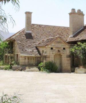 Kıbrıs'ta İngiliz Sömürge döneminin en seçkin sivil mimari örneği  VİLLA LATOMİA…