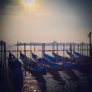 Venedik'te Gondollar Neden Siyahtır?