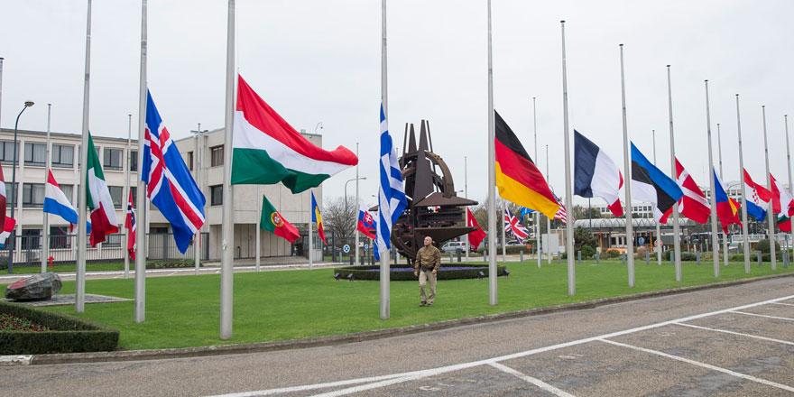 NATO'daki bayraklar 'REINA' için yarıya indirildi