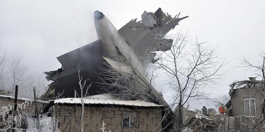 Kargo uçağı yerleşim bölgesine düştü