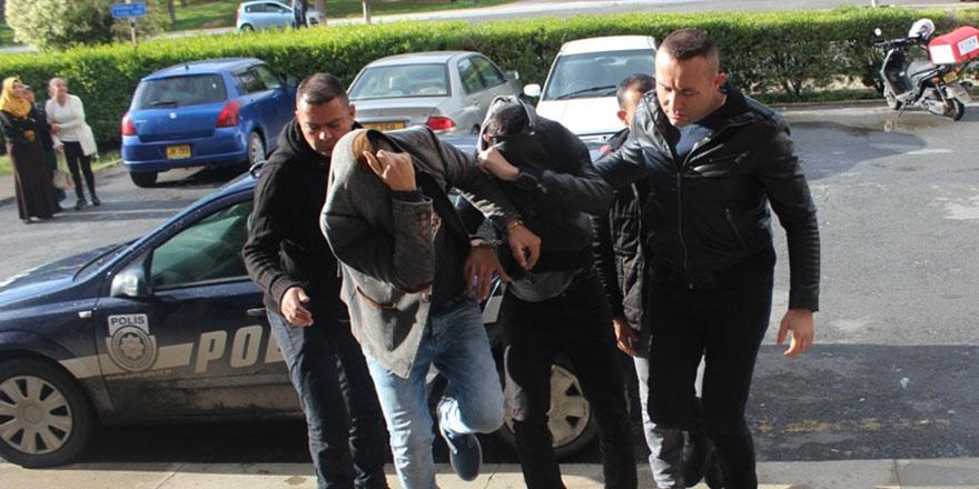 PKK bayrağı bulundurmaya 2'şer ay hapis cezası