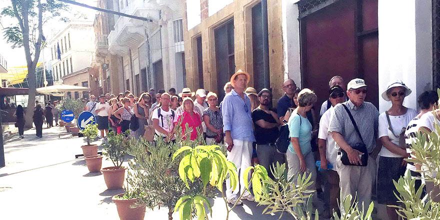 Kıbrıs'ın kuzeyine geçiş noktalarından turist akıyor…