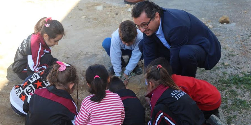 Erhürman Alayköy'de miniklerle ağaç dikti