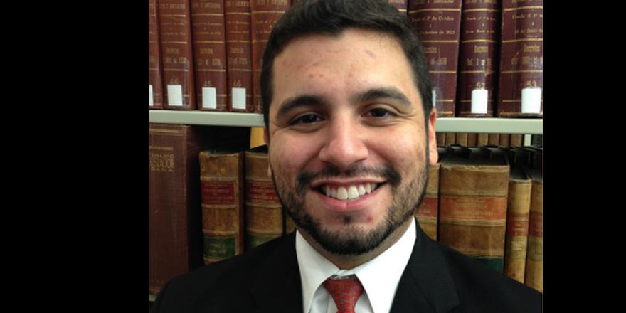 Kundaklama davasında avukatın pantolonu alev aldı.