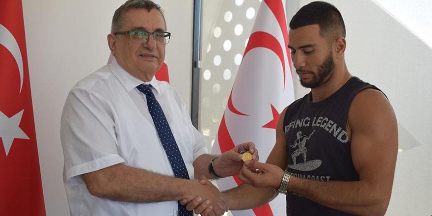 Şampiyon boksörü UFÜ ödüllendirdi