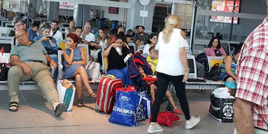 Teknik arıza yaşandı, yolcular 2 saat bekledi