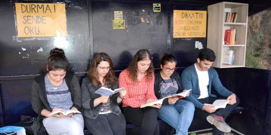 """Otobüs duraklarına KİTAPLIK!..""""DURMA SEN DE OKU"""""""