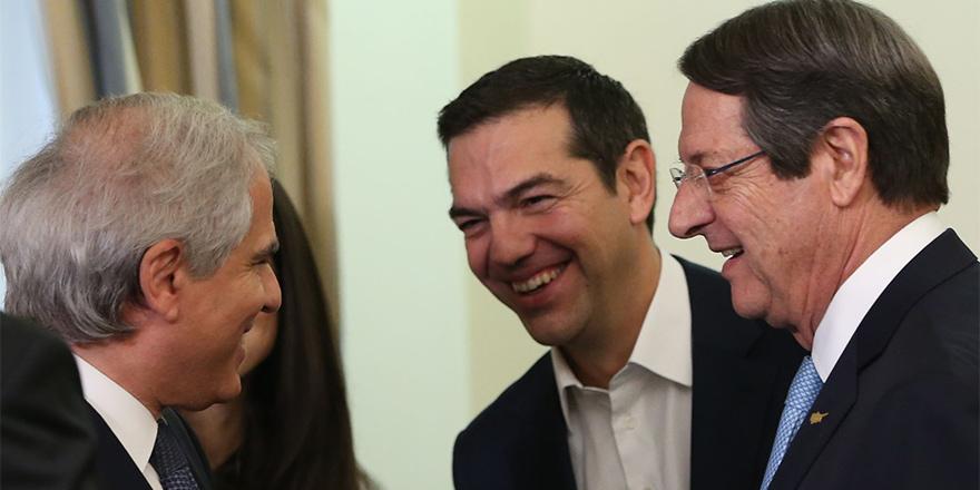 Tsipras 3'lü zirve için Kıbrıs'ta