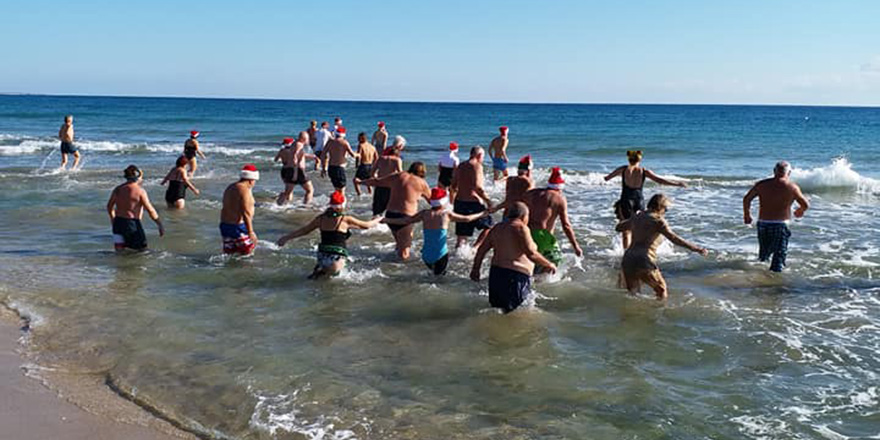 Noel'i denize girerek kutladılar