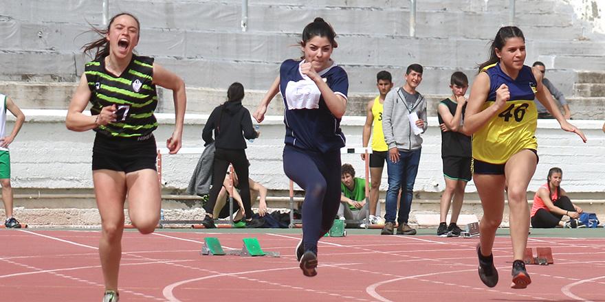 Liseler final için yarışıyor