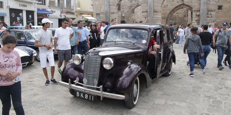 Klasik otomobiller Namık Kemal Meydanı'ndaydı…