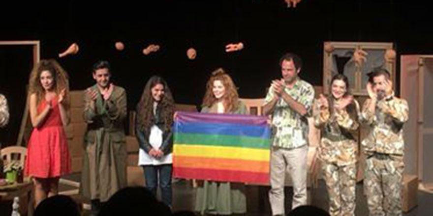 """""""İki Kişilik Hırgür"""" Homofobi Karşıtı Gün Yararına Sahnelendi"""