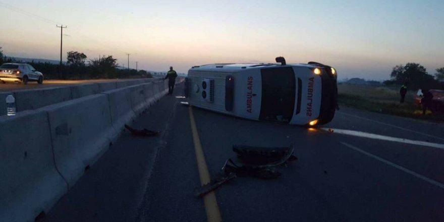 Ambulansla araç çarpıştı