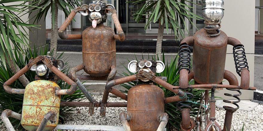 Ödüllü heykeller LTB önünde
