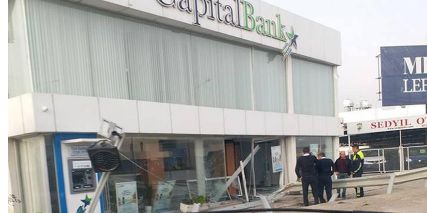 Yoldan çıktı, bankaya girdi!