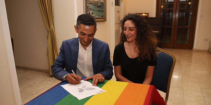 LGBTİ+ Dostu Belediyecilik Protokolü'nü Birol Karaman imzaladı.