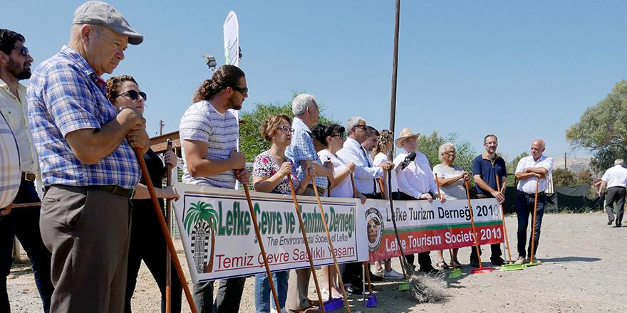 """CMC önünde """"Süpürgeni Kap Gel""""  eylemi"""
