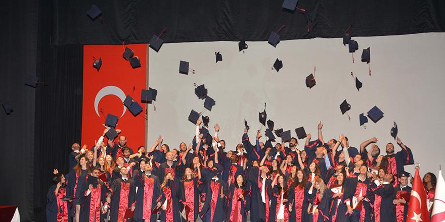 YDÜ Eczacılık Fakültesi mezunlarını verdi