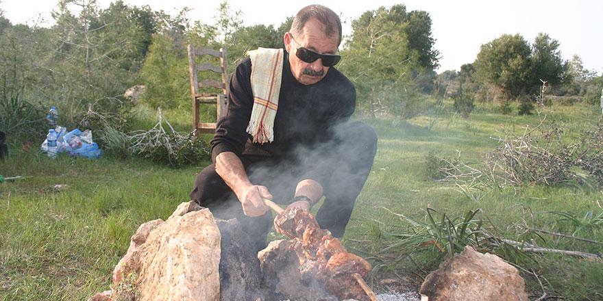 Kıbrıs mutfağında değnek kebabı ve kuzu çevirme